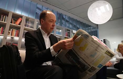 Perussuomalaisten puheenjohtaja Jussi Halla-aho luki aamun lehtiä MTV:n uutisstudiolla aamutuimaan.