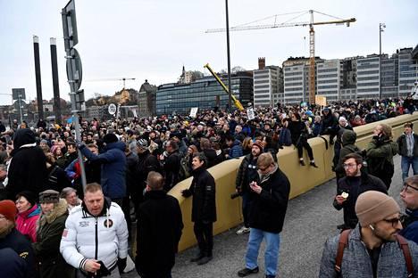 Koronarajoitusten vastustajat marssivat Tukholman kultasillan yli mielenosoituksessaan. Kuusi poliisia loukkaantui.