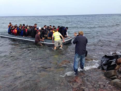 Suomalainen Johannes Rostamo (huomioliivissä selin) auttoi Lesbokselle saapunutta pakolaisryhmää viime viikolla.