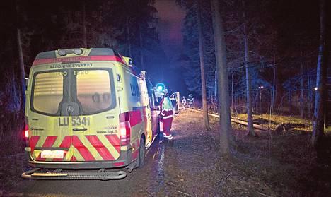 Myrsky kaatoi puun ulkoilijoiden päälle Espoon Ymmerstassa sunnuntai-iltana.