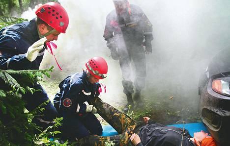 Vapaaehtoiset pelastajat harjoittelivat 30 tuntia kestäneellä metsäleirillä Konnun kylässä lähellä Viron rajaa toukokuun lopulla.