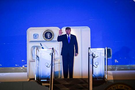 Trump virkakoneensa ovella Hanoin Noi Bai -lentokentällä saapumisensa jälkeen tiistaina.