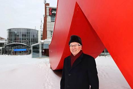 Jorma Eloranta kuvattiin Liuku-taideteoksen (2019) äärellä Helsingin Messukeskuksen edessä. Hän johtaa teoksen rahoittaneen Suomen Messusäätiön hallitusta.