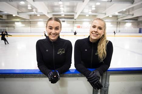 Tessa Tamminen ja Sofie Ahti Marigoldin harjoituksissa Oulunkylän jäähallissa.