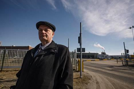 Kemi Mayor Matti Ruotsalainen at the gate of Stora Enso's Veitsiluoto plant in Kemi on Tuesday.