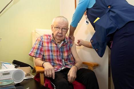 Kalevi Nieminen, 77, sai tammikuussa koronavirusrokotuksen hoitokodissa Nurmijärven Klaukkalassa.