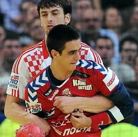 Serbian Zarko Sesum (edessä) ja Kroatian Marko Kopljar kamppailivat perjantai-illan ottelussa.