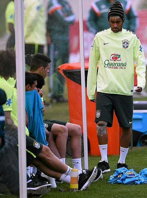 Neymar seurasi harjoituksia sivusta polvi siteessä.
