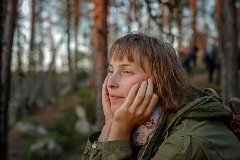 (00.29) Elokuvajuhlien ravintoloissa työkentelevä Saara Pihlman katseli muiden taiteilua Porttikosken rantakallioilla perjantain perinteisissä lavatansseissa Sodankylän elokuvajuhlilla.