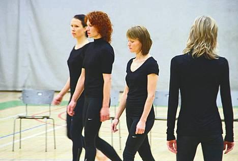 Liisa Risun tanssiteoksessa vallitsee hiljaisuus. Silti katsoja kuulee päänsä sisällä musiikin.