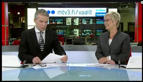 MTV:n uutisankkurit Keijo Leppänen ja Pirjo Nuotio saavat palautetta pukeutumisestaan. Kuva on tammikuulta 2012.