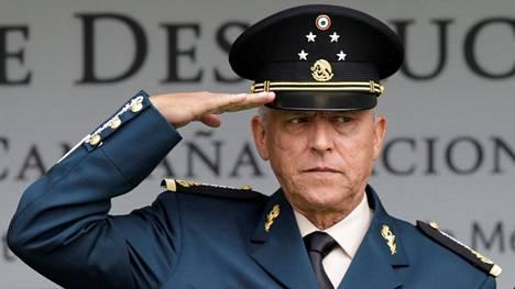 """Meksikon puolustusministeri, kenraali Salvador Cienfuegos kuvattuna valtansa huipull syyskuussa 2016. Yhdysvallat pidätti hänet torstaina ja kertoi perjantaina syytteistä, jonka mukaan hän olisi meksikolaisen huumekartellin kummisetä """"El Padrino""""."""