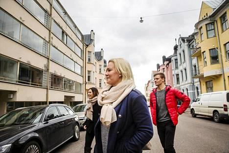 Eiran Huvilakatu on kuopiolaisten Miia Taskisen (sininen takki), Roni Räsäsen ja Tiia Kauppisen mielestä hienoa aluetta. Heitä miellyttivät rakennusmestari G.W. Nybergin suunnittelemat jugendtalot. Kadun ainoa moderni talo, jonka suunnitteli arkkitehti Ilmo Valjakka, pisti erilaisuudellaan silmään. Toisaalta sen ikkunoista avautuu komea näkymä.