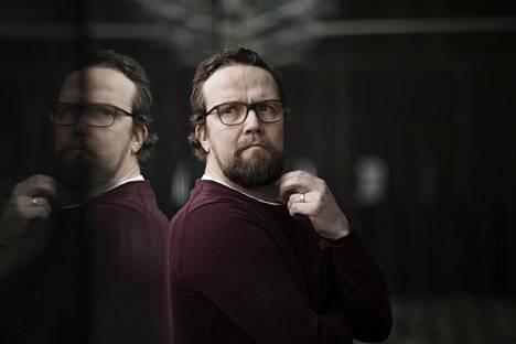 Näyttelijä Petteri Summanen muutti lapsena monta kertaa ja oppi jo silloin sulautumaan uusiin porukoihin komiikan avulla.