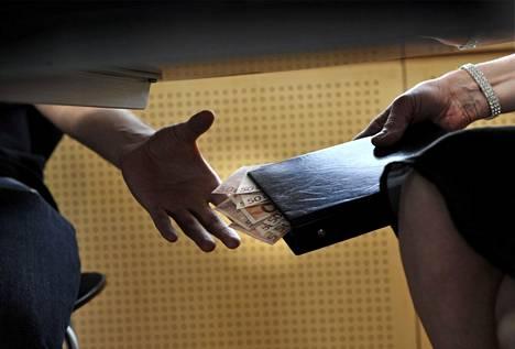 Viidesosa suomalaisista katsoo, että rahan antaminen viranomaiselle on useimmiten tai joskus hyväksyttävää.