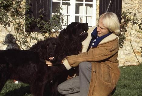 Ingrid Bergmanin koira ja nuori suomalaisapulainen Paavo Turtiainen Pariisin eteläpuolella Grange aux Moinesissa.