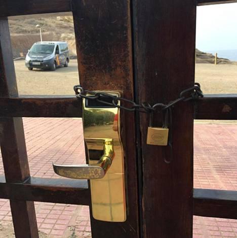 Suomalaisen Peter Furun tiistaina päivällä Instagramissa julkaisema kuva Costa Adeje Palace -hotellin ketjulla suljetusta portista.