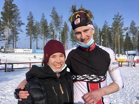 Posion Pyrinnön Eino Vuollet kosi 50 kilometrin vapaan hiihtotavan kilpailun jälkeen tyttöystäväänsä Janiika Ojalaa.