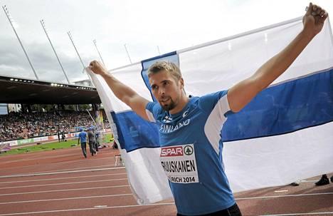 Antti Ruuskanen juhli EM-kultaa Suomen lipun kanssa.