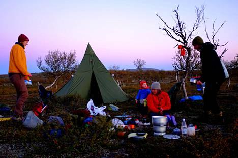 Liisa Louhela on tottunut retkeilemään koko perheen voimin. Kuva on otettu Paistunturilla elokuussa 2016.