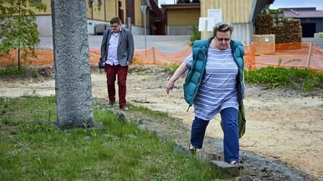 Oikeushammaslääkäri Helena Ranta mittasi askelin muistomerkin ympäristöä viime kesänä. Taustalla Turun yliopiston arkeologian professori Visa Immonen.