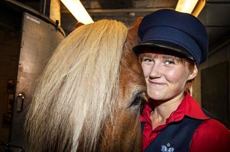 Viola Kantola viihtyy hevosten parissa niin töissä kuin vapaa-ajallaan.