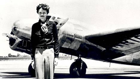 Amelia Earhart Lockheed Electra -koneensa edessä.