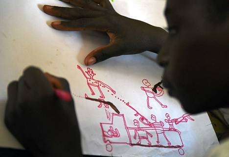 Nuori nigerialainen pakolainen piirsi hyökkäystilanteen Unicefin terapiaohjelman yhteydessä. Seitsemän siviiliä kuoli Chadissa hyökkäyksessä, josta syytetään Boko Haramin kapinallisia.