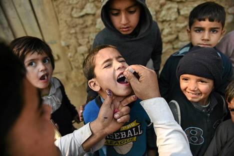 Nuori mies sai maanantaina poliorokotuksen Islamabadin liepeillä Pakistanissa. Rokotuskamanjaa toteutetaan alueella, johon on asutettu afgaanipakolaisia. Pakistan on yksi kolmesta jäljellä olevasta maasta, jossa poliota vielä esiintyy. Rokotuskampanja on kärsinyt asejoukkojen hyökkäyksistä, jotka ovat vaatineet 67 henkeä sitten joulukuun 2012.