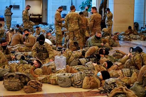 Yhdysvaltain kansalliskaartin sotilaat kansoittivat kongressitalon käytäviä pääkaupungissa Washingtonissa keskiviikkona.