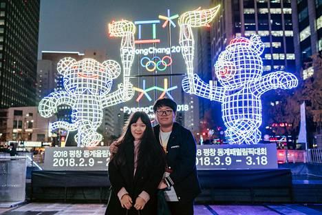 Eteläkorealainen pariskunta poseerasi PyeongChangin olympialaisten kisamaskotteja esittävän valoteoksen edessä Soulissa.