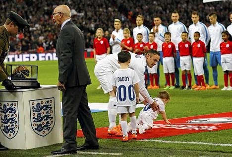 Wayne Rooney palkittiin sadannen maaottelun kunniaksi ja hän otti poikansa Kain ja Klayn mukaan.