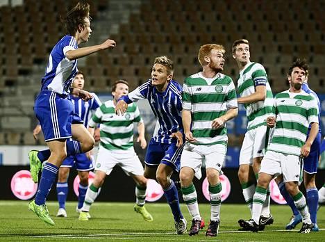 Sebastian Dolivo (kesk.) pelasi HJK:n alle 19-vuotiaiden joukkueessa Celticiä vastaan nuorten Mestarien liigan ottelussa 30. syyskuuta.