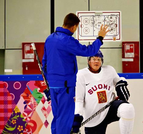 Päävalmentaja Erkka Westerlund Petri Kontiolalle ja hänen joukkuetovereilleen taktisia kuvioita lauantain harjoituksissa.