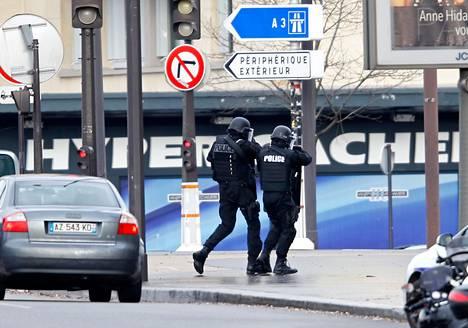 Poliisi kosher-ruokakaupan luona selvittämässä pankkivankitilannetta Pariisissa 9. tammikuuta 2015.