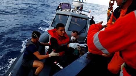 Tunisialainen siirtolainen nousi Alan Kurdi -nimiselle pelastusalukselle Maltan rannikkovarioston veneestä syyskuussa. EU-jäsenmaat ratkaisevat pelastuslaivoja koskevat päätökset alus kerrallaan.