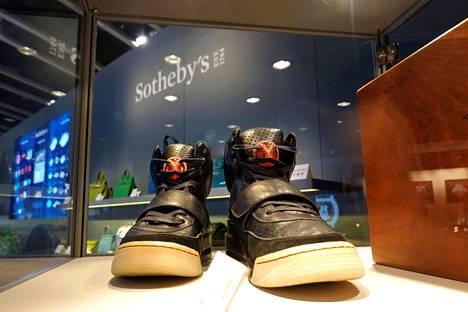 Kanye Westin suunnittelemat Nike Air Yeezy -tossut olivat esillä Hongkongissa ennen Sotheby'sin järjestämää yksityiskauppaa.