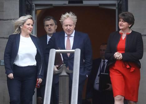 Pohjois-Irlannin itsehallinto oli jäissä peräti kolme vuotta 2017–2020 sisäisten ristiriitojen takia. Hallinto saatiin taas kasaan tammikuussa 2020. Kuvassa asiaa juhlistamassa Sinn Féin -puolueen Michelle O'Neill (vas.), Britannian Pohjois-Irlannin ministeri Julian Smith, Britannian pääministeri Boris Johnson sekä Demokraattisen unionistipuolueen Arlene Foster (oik.). Foster on Pohjois-Irlannin pääministeri, ja O'Neill varapääministeri.