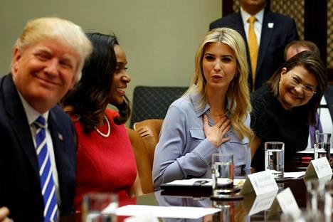 Ivanka Trump isänsä kanssa tapaamassa pienyrittäjänaisia Valkoisessa talossa 27. maaliskuuta.