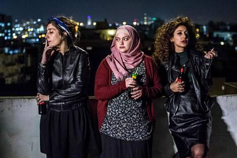 Bailaamista rakastavat Salma (Sana Jammelieh, vas.) ja Leyla (Mouna Hawa, oik.) saavat kämppikseksi perinteisiä arvoja noudattavan Nourin (Shaden Kanboura).
