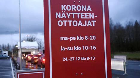 Autojono HUS:n ja 9Lives-yhtiön yhteiseen koronatestauspisteeseen Vantaan Koivukylässä Havukosken liikuntapuistossa 1. joulukuuta.