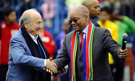 Fifan puheenjohtaja Sepp Blatter (vas.) ja Etelä-Afrikan presidentti Jacob Zuma tapasivat heinäkuussa vuonna 2010.