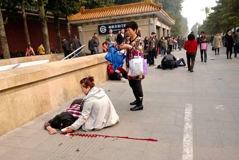 Ainakin viisi ihmistä kuoli ja 38 loukkaantui auton ajettua ihmisten sekaan Taivaallisen rauhan aukiolla Pekingissä. Kuva on silminnäkijän ottama.