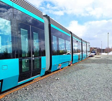 Uuden pikaraitiotievaunun pitkä matka Helsinkiin alkoi perjantaina varhain aamulla Kajaanissa. Vaunu nostettiin kuljetuslavetille jo torstaina.