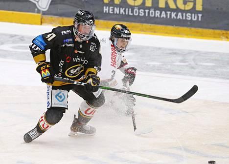 Kärppien Jari Sailio ja JYPin Anttoni Honka taistelivat kiekosta joulukuun lopussa 2020.