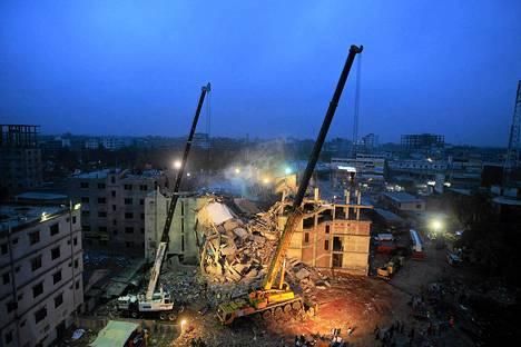 Bangladeshin armeija kävi nostureilla läpi romahtaneen tehdastalon raunioita.