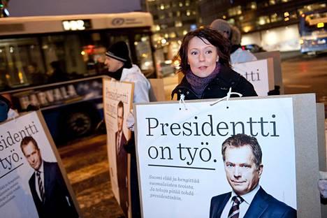 Jenni Haukio jalkautui vaalityöhön Länsiväylän alkupäähän Helsingissä Sauli Niinistön kampanjan aikaan tammikuussa 2012.