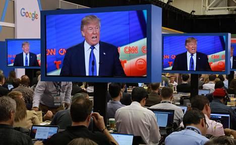 Journalistit seurasivat tv-ruuduilta Donald Trumpin esiintymistä helmikuun lopulla Houstonissa Texasissa.