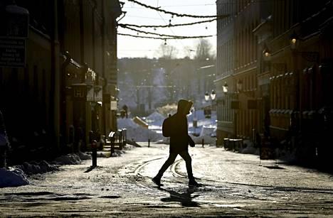 Jalankulkija Helsingissä 15. tammikuuta 2021. Alkuviikon lumimyräkkä ja liukkaat kadut ovat ruuhkauttaneet Töölön ja Peijaksen sairaalat.