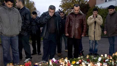 Murhat tapahtuivat Linköpingissä Åsgatanilla. Murhatun 8-vuotiaan Mohammad Ammourin isä Hassan oli veljensä Moslemin kanssa kuolleiden muistopaikalla lokakuussa 2014.